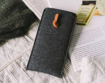 "iPhone SE Wallet, iPhone SE Case, iPhone SE Pouch, leather, wool felt, ""Knot"" by band&roll"