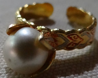 Faux Pearl Cuff Style Ring in Gold Tone w/Red Decorative Accents on the Band, Women's sz 7.5