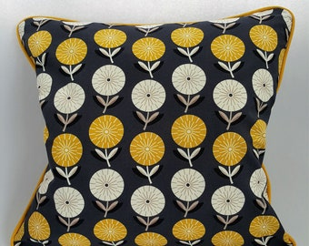 """Retro Pattern 18"""" Piped Cushion Cover with Zip."""