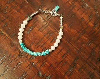 Turquoise chips and frosty white glass beaded bracelet