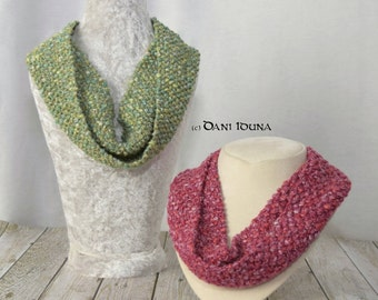 Loop scarf necklace / Knitted necklace with mother of pearl button