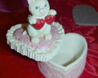 LOVE CAT Heart Trinket Box Vintage Kitten Valentine Jewelry Box Ring Dish Kitty Figurine Wedding Ring Box Porcelain GIFTCRAFT KittyCat Decor