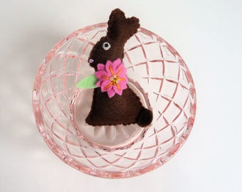 Chocolate Easter Bunny Brooch, Chocolate Easter Rabbit Pin, Chocolate Bunny Pin, Chocolate Rabbit Brooch, Felt Bunny Pin, Felt Rabbit Pin