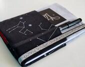 Agenda 2017, calendrier recouvert de suédine gris clair et coton créateur noir étoiles, fermeture élastiquée brillante