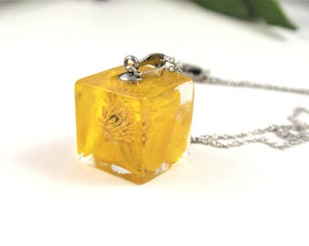 Pressed Flower Resin Jewelry, real flower necklace, Yellow buttercup Resin Necklace, Botanical jewelry, cube flower necklace, Floral jewelry