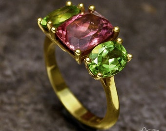 Yellow gold ring with tourmaline and peridots