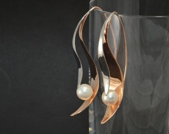 White and rose gold earrings with pearls