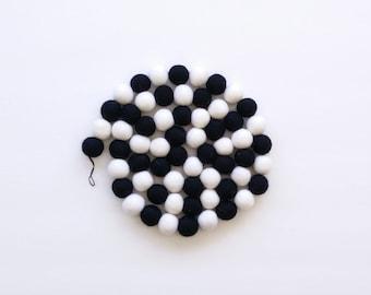 Black and white Felt balls garland/Kid room/Nursery/Monochrome/Scandinavian style/ playroom/felt/baby shower/25mm