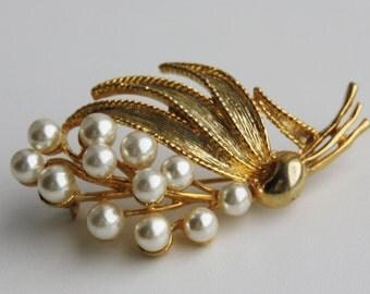 Vintage brooch. Pearl brooch. Gold tone brooch. Faux pearl brooch. Vintage jewelry. Flower brooch. Leave brooch. Branch brooch.