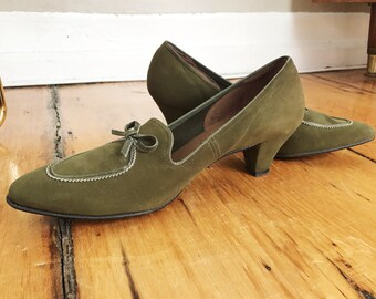 1960s / 60s Vintage Kitten Heel Olive Suede Pumps by Peacock Shoes • Size 8