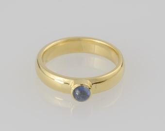 Ring • • Sapphire cabochon • gold