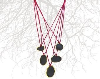 Hanging wire twisted slate stones