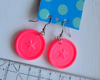 Hanging earrings pink from 4gewinnt tiles, round with star-relief, Upcycling jewelry by 7streich