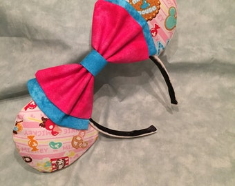 Confectionary treats Mickey ears with turquoise/pink bow