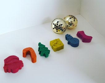 6 Christmas crayons - assorted colours.