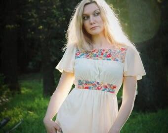Size Medium... Vintage 1970s Floral Dress... More Girl 70s Boho Dress