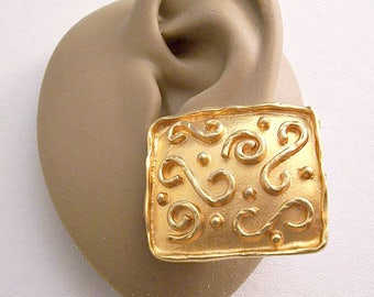 Park Lane Square Box Clip On Earrings Gold Tone Vintage Raised Scrolls Raised Rimmed Edges White Pads