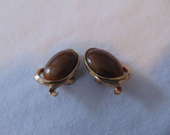 vintage crown trifari brown lucite clip on earrings alfred phillippe gold plated