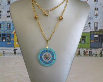 """Petit collier pendentif en bois laqué et métal doré """"Une ravissante composition"""""""