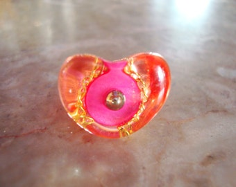 CLEAR Pink Transparent VINTAGE LUCITE Embedded Pink Button Gold Chain With Silver Bead Center Multi Elemental Heart Ring Size 5.5