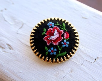Vintage Needle Point Embroidered Brooch // Cross Stitch Brooch // Rose Pin // N357