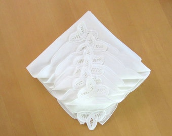 Off white linen & cotton napkins with scalloped edge and corner lace trim - set of 8 - unused - battenburg - ecru  - dinner - wedding