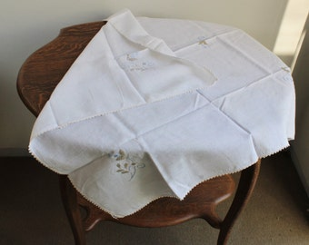 Vintage 1950s White Embroidered Linen Tablecloth / Square Tablecloth / Floral Flower Embroidery / Fine Linens / Table Linen / Tablecloth