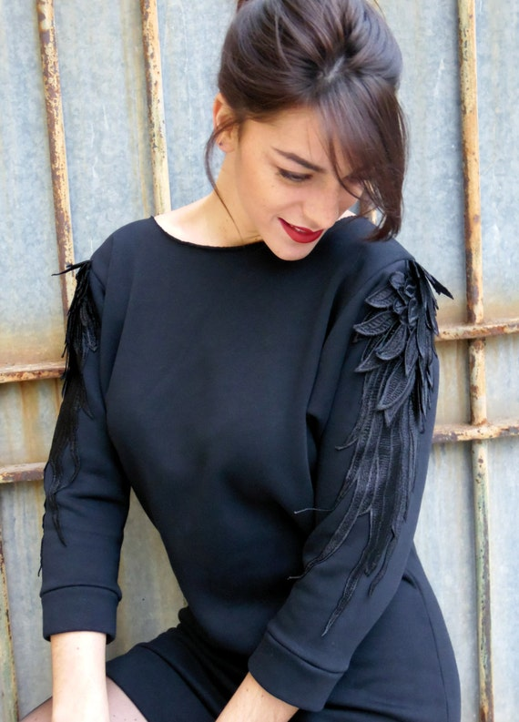 "Robe Barbara : Robe style sweat-shirt avec application de broderies ""plumes"" sur les manches"