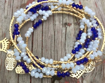 Shimmer white and royal blue set of bracelets with gold plated charms - Semanario color blanco con azul rey con dijes de chapa de oro