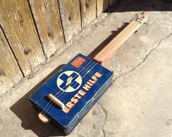 Cigar Box guitar: Box old metal / Erst Hilf / 3 strings