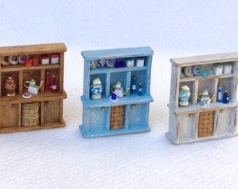 Painted wood shelves for pots and plates, with accessories, scale 1/120,