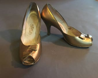 Vintage 50s heels / gold heels / vintage shoes / vintage gold  heels / peep toe heels / gold shoes / bow heels / 50s heels / 8.5