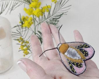 broche brodée en volume, insecte brodé à la main, broche coléoptère ,bijou papillon, broderie en volume,bijou unique