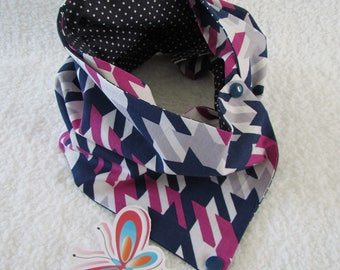a button pressure safe and reversible Navy/magenta/grey scarf