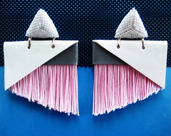 White faux leather earrings with pink fringes