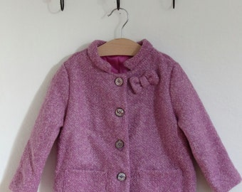 Coat in boucle wool pink lined-Mao collar, fabric bow applied 4 buttons. Size 3 years ready to ship.