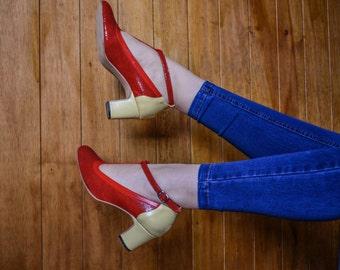 Zapatos rojos de cuero estampado con taco en color amarillo y pulsera en tobillo con forma de T, estilo vintage mujer de los 50, taco cómodo