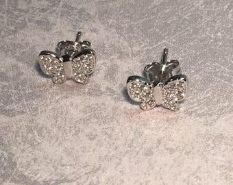 Butterflies in rhodium 925/1000 silver studs.