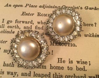 SALE! Classic vintage faux pearl and rhinestone Richelieu clip-on earrings (A136)