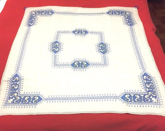 Linen tablecloth with embroidered napkins