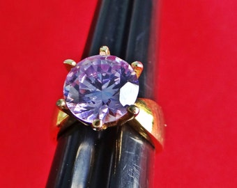 Vintage gold tone size 4.75 lavender rhinestone ring in great condition