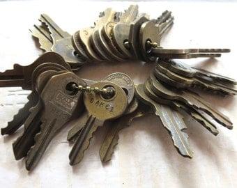 DESTASH keys 25 Vintage keys  Keys for jewelry Cheap keys Jewelry keys Bargain keys Key lots Wholesale keys Wedding keys Bulk keys #35