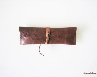 The Little Chestnut - small leather pencil case, slim pouch, urban chic, hand stitched, handmade, étui de cuir brun, glossy finish, 2x7