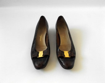 salvatore ferragamo vera bow heels | vintage 80s size 9 brown leather pumps alligator skin texture italian designer 1980s preppy dress tops