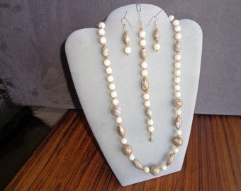 Bead necklace set /with bracelet and earrings.