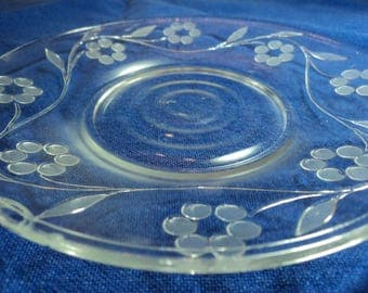 Single clear glass desert plate in vine and floral pattern depression glass