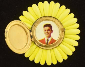 Vintage 1960s Flower Power Photo Locket Brooch ~ Lot 1354