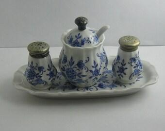 Rosenthal Selb-Germany. 4-teilige Menage: Pfeffer, Salz und Senf auf Tablett. Porzellan (Handmalerei), Silber und Metallverschlüssen VINTAGE