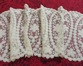 Lace Dresser Scarf or Table Runner  //  Vintage Linens  //  Lacey Home Decor  //  Shabby Chic or Victorian Decor