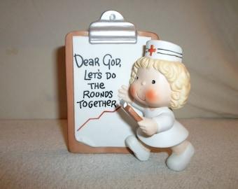 Dear God Let's Do Rounds Together Nurse Figurine 1982 Enesco Hospital Gift Figure Clipboard Desk Office Decoration Vintage Red Cross Cartoon